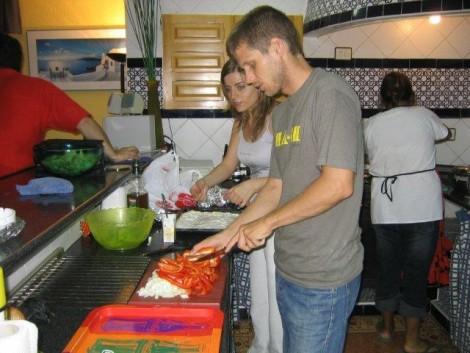 Nuestros clientes y amigos cocinando en el turismo rural de Granada