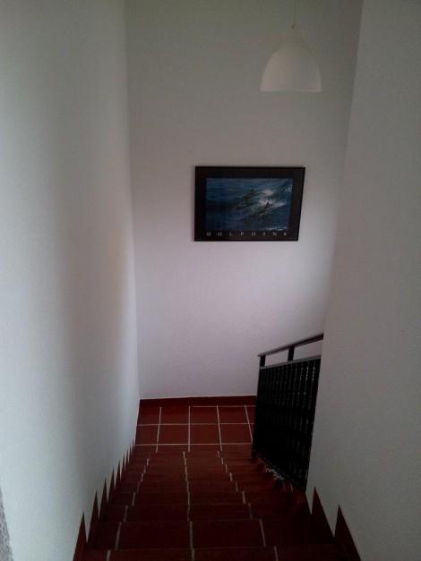 escalera roja con baranda negra en Granada