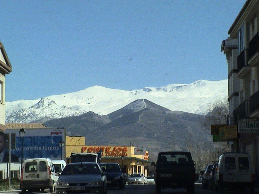 Otura con Sierra Nevada al fondo