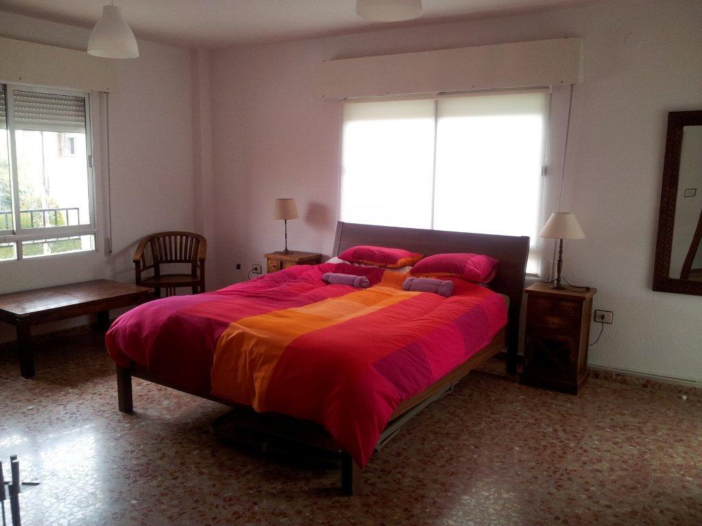 suite rustica con cama queen size en Granada