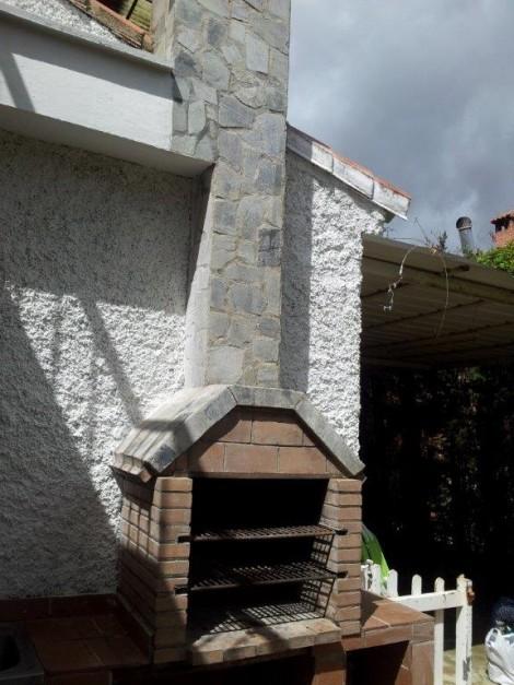 Barbacoa de obra con chimenea