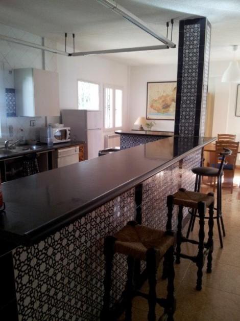 barra de cocina de casa rural con banquetas