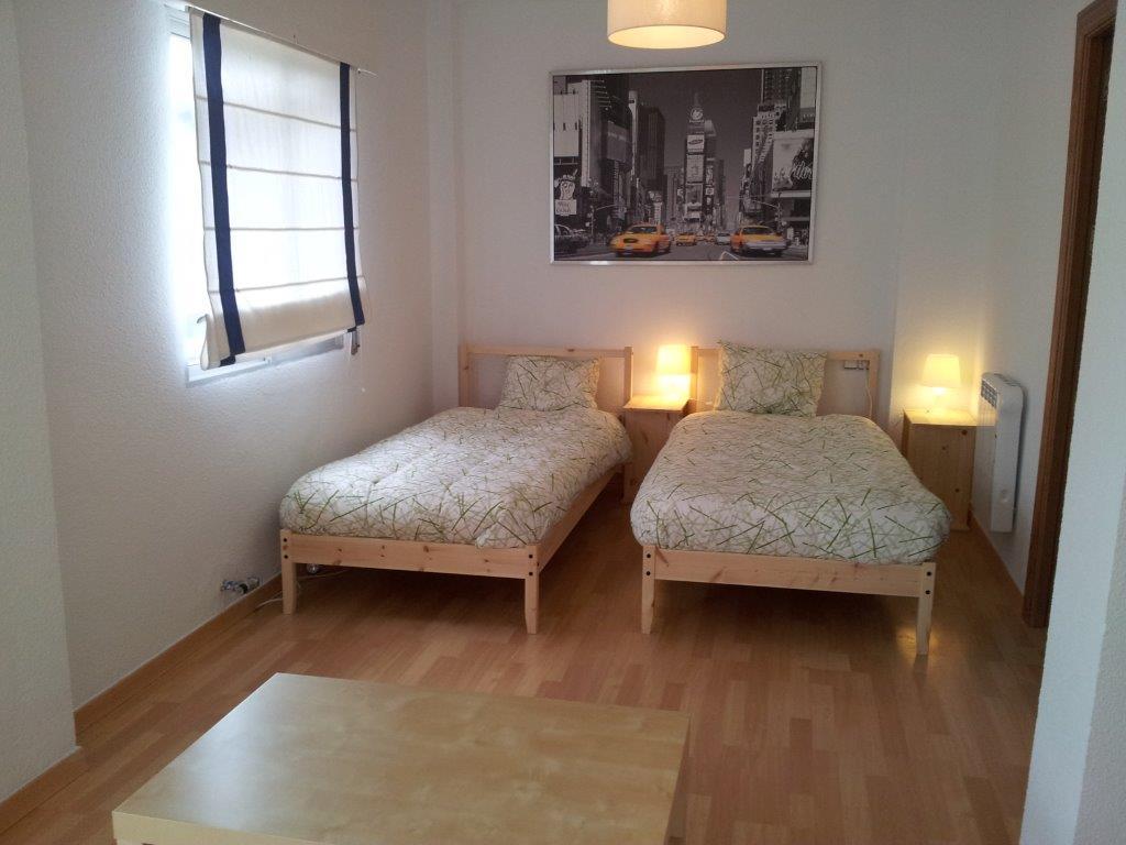 camas individuales con suelo de tarima flotante