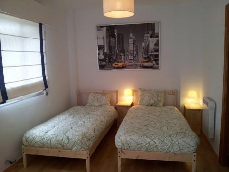 Cada cama individual está equipada con un cómodo colchón de 90 x 200, mesitas de noche y lámparas de lectura