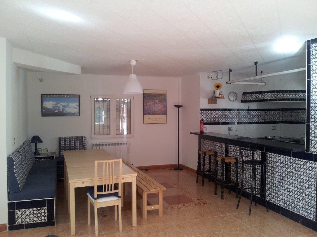 Sal n de casi 100m2 con chimenea y cocina integrada for Mesa comedor cocina