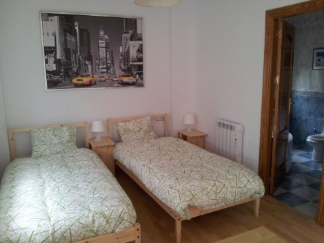 dormitorio con cuarto de baño en suite