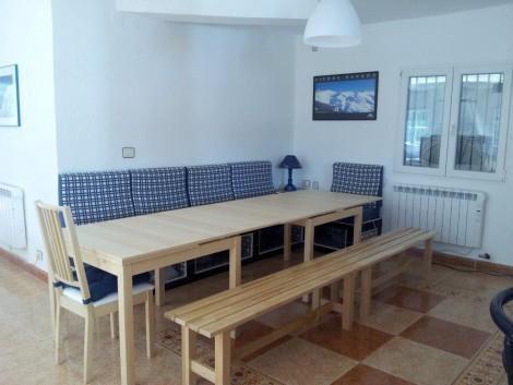 mesa de madera clara extensible en alquiler de casa para 15 personas