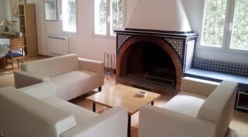 casas rurales baratas sofas y chimenea